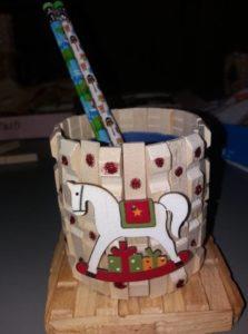 χριστουγεννιάτικη μολυβοθήκη με ξύλινα μανταλάκια