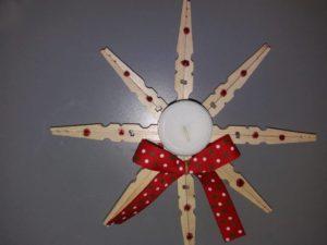 χριστουγεννιάτικο κηροπήγιο με ξύλινα μανταλάκια
